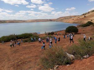 Salariés du Groupe Majorel ramassant des déchets devant le barrage de l'Oued El Mellah